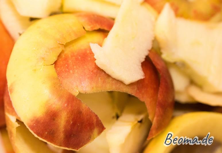 Die Äpfel werden geschält, die Schale ist übrig