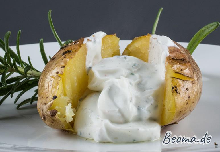 Kräuterquark Dip mit einer aufgeschnittenen Ofenkartoffel