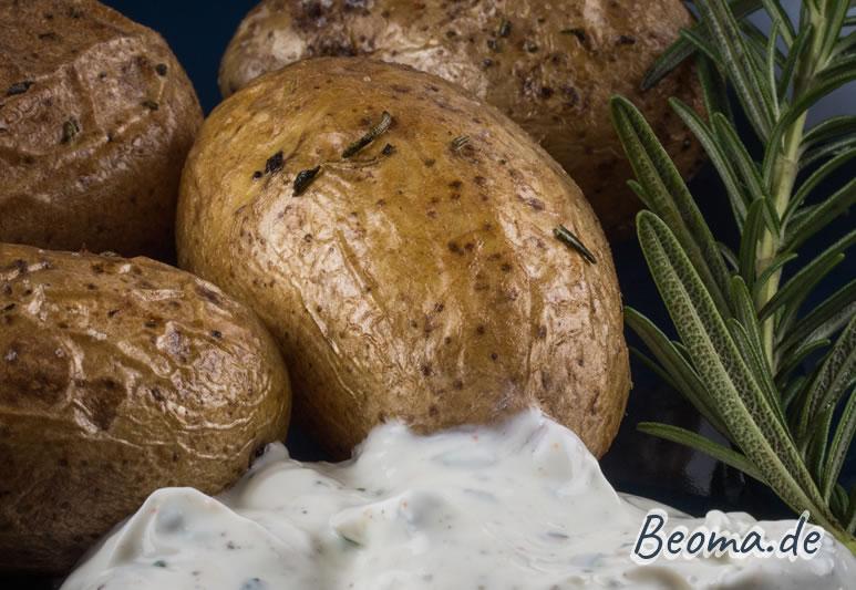 fertig gebackene Ofenkartoffeln mit Rosmarin und Dip
